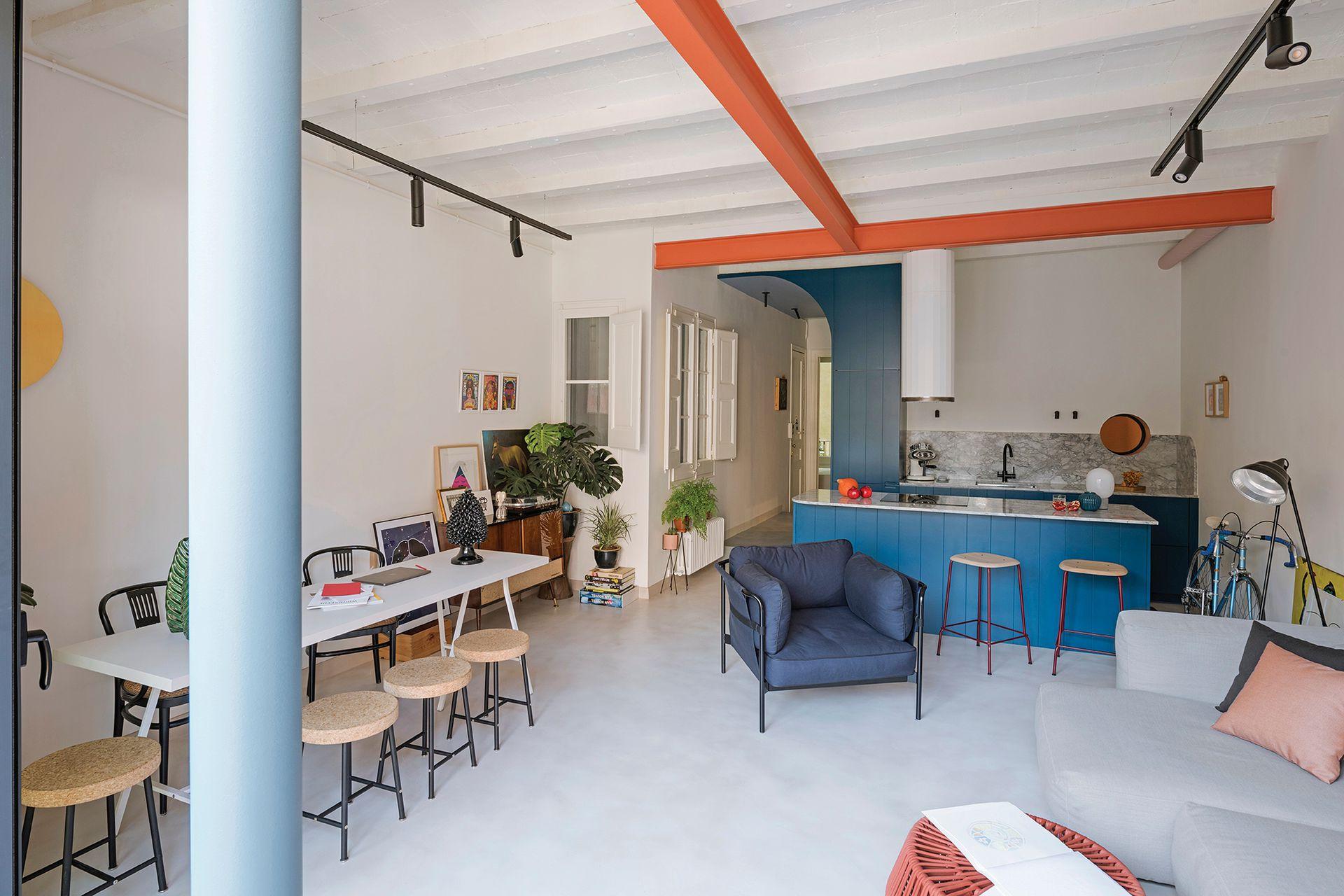 Las ventanas como de casita a la derecha de la mesa dan al aire y luz junto a la escalera. Banquitos con tapa de corcho.