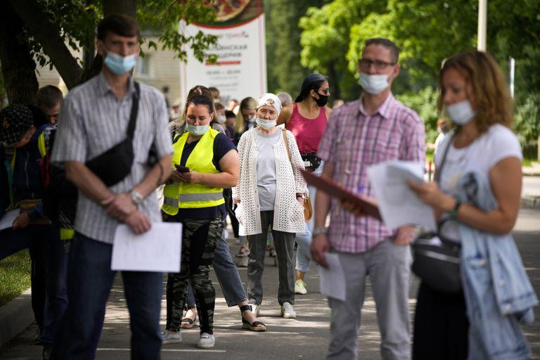 Residentes moscovitas hacen fila para vacunarse contra el coronavirus en un centro de la capital