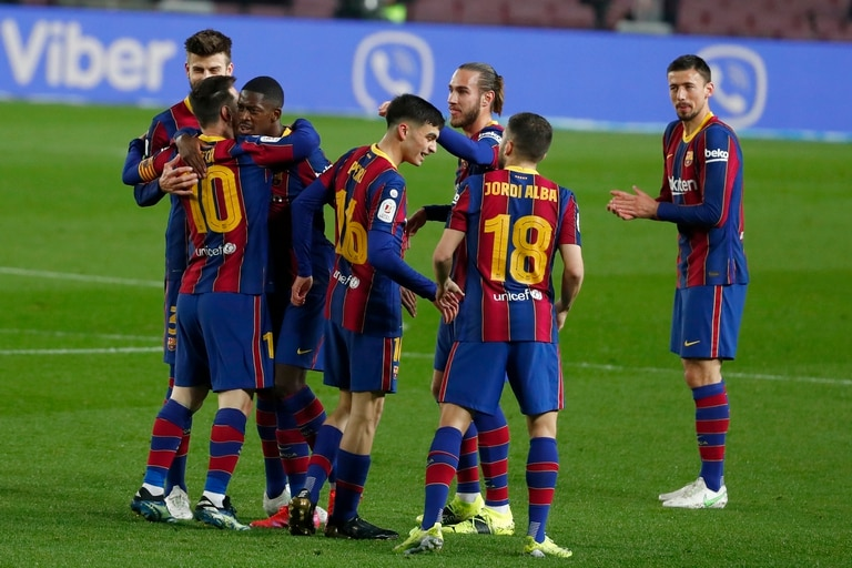 Volvieron los festejos en Barcelona; Ousmane Dembele, autor del 1-0,  se abraza con Messi