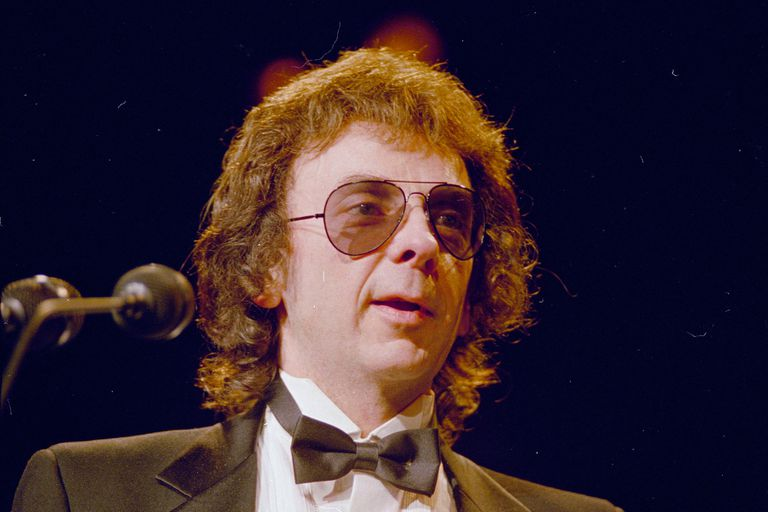 """El productor discográfico Phil Spector aparece en esta foto de archivo de 1989. Spector, el excéntrico y revolucionario productor musical que transformó la música rock con su método """"Wall of Sound"""""""
