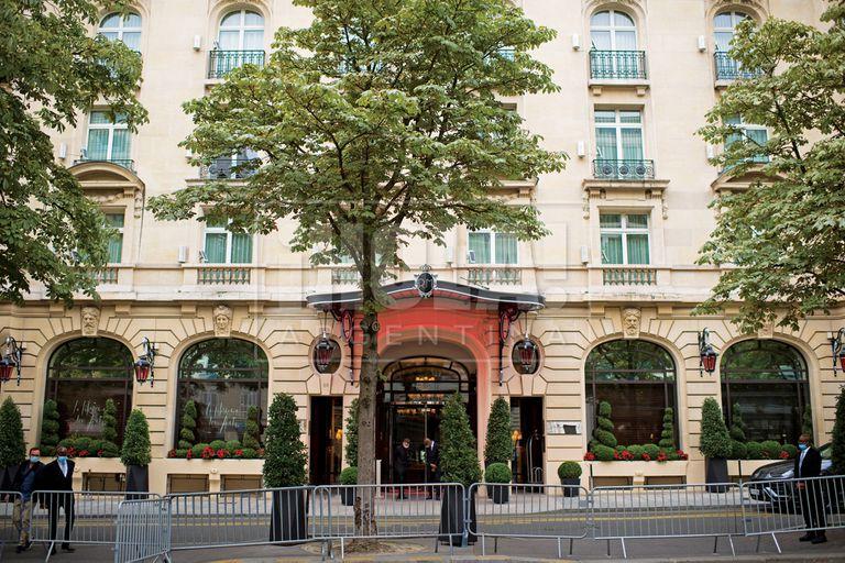 La fachada del hotel Le Royal Monceau, un lujoso cinco estrellas en el que se hospedan los Messi hasta que elijan su nuevo hogar.