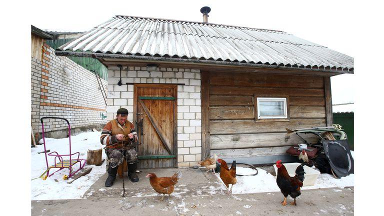 Vladimir Krivenchik,repara una trampa en su casa de Khrapkovo