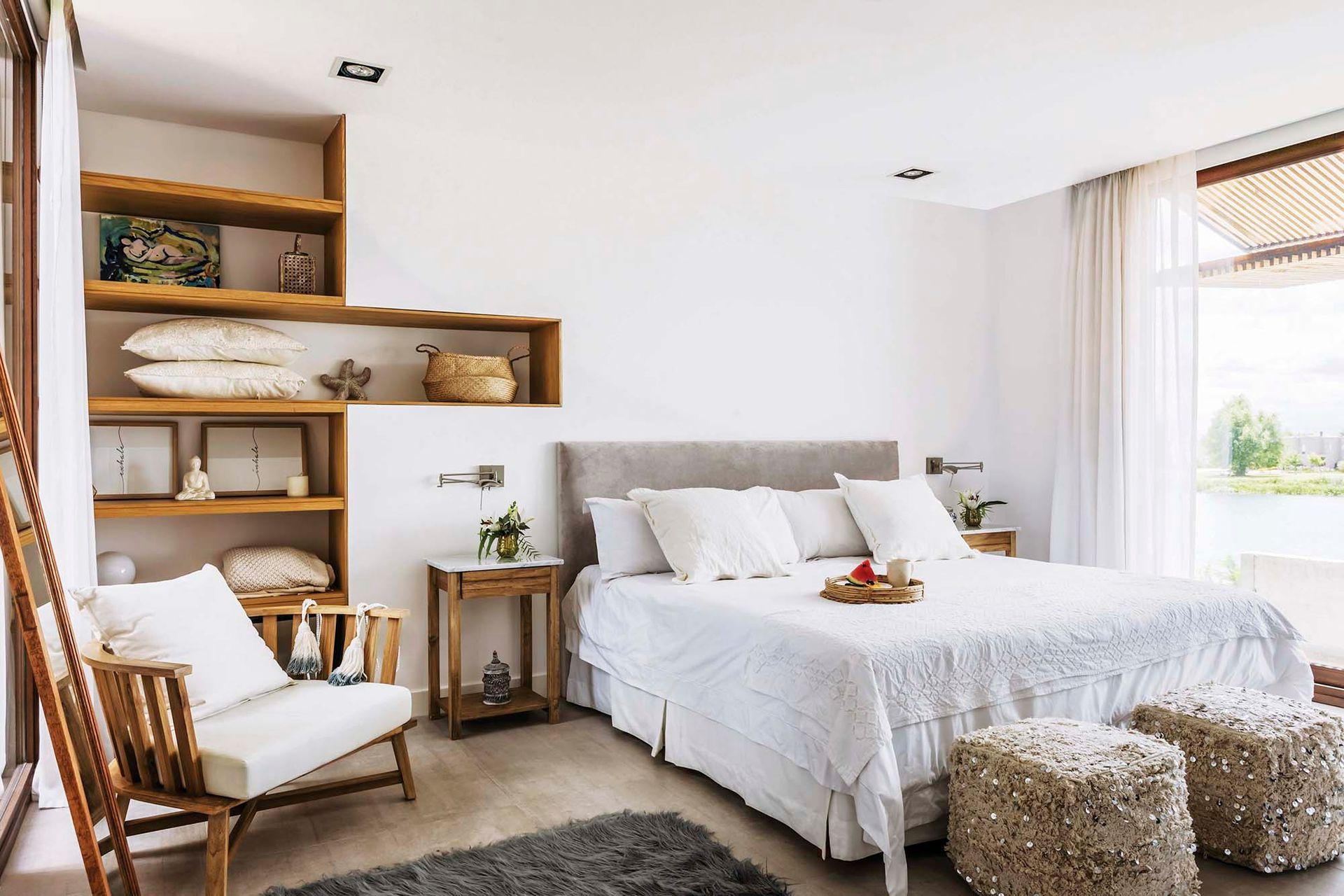 En el cuarto principal, cama con respaldo de pana (Mardeco Nordelta), mesas de luz y sillón 'Gervasoni' (Open House Deco), pufs hindúes (Sol Palou) y bandeja de ratán (Claudia Adorno).