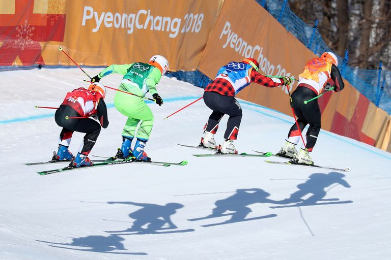 Brady Leman de Canadá compite con Marc Bischofberger de Suiza, Armin Niederer de Suiza y Filip Flisar de Eslovenia