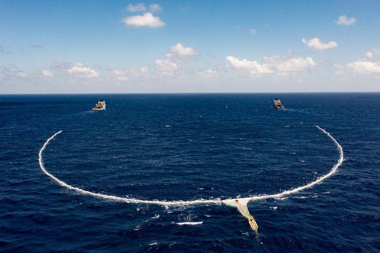 Una vista aérea de la enorme red de 800 metros de Ocean Cleanup, la iniciativa que busca remover la basura plástica en el océano Pacífico