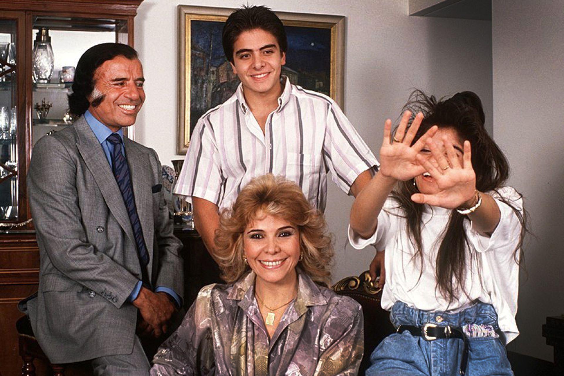Carlos Menem junto a su familia, poco después de llegar al poder