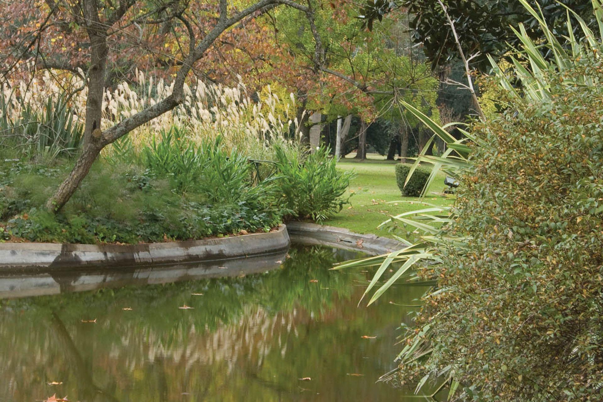 El lago le suma al lugar un caracter mágico.