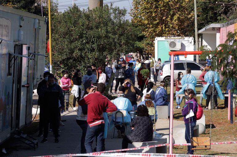 Los vecinos de Villa Itatí hacen fila para hacerse el test y saber si tienen o no coronavirus
