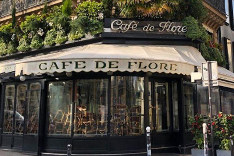 Así se veía uno de los cafés más icónicos de la capital francesa durante la cuarentena. Hoy las multitudes parecen haber tomado las calles