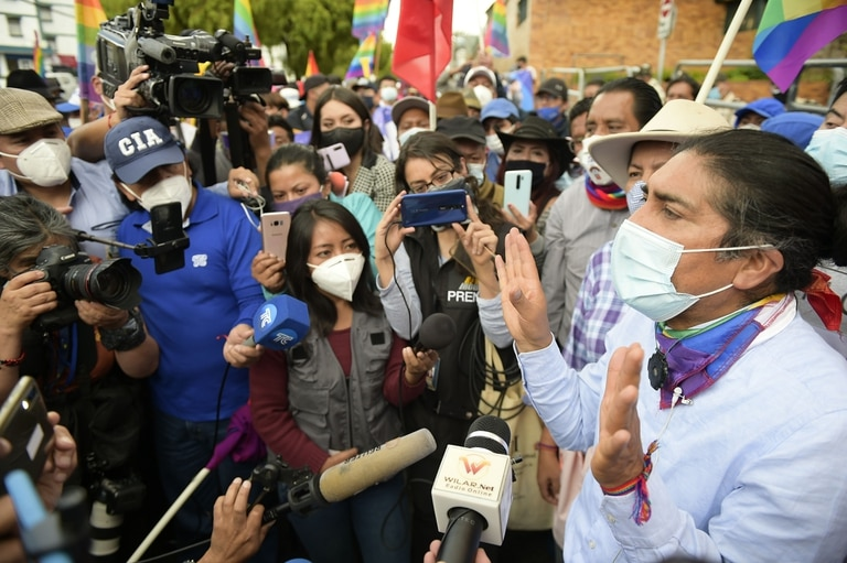 Yaku Perez habla con la prensa frente a la sede de la autoridad electoral, en Quito
