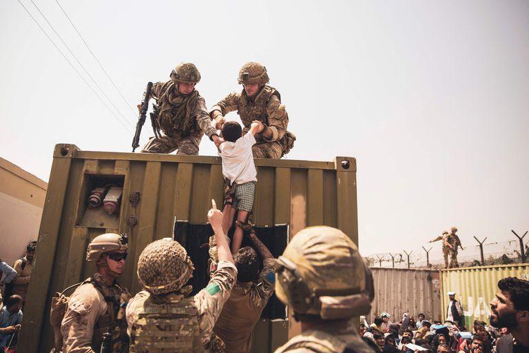 """Dramáticas escenas de la evacuación en el aeropuerto de Kabul. (Photo by Victor MANCILLA / US Central Command Public Affairs / AFP) / RESTRICTED TO EDITORIAL USE - MANDATORY CREDIT """"AFP PHOTO / US Marine Corps / Staff Sgt. Victor Mancilla"""" - NO MARKETING - NO ADVERTISING CAMPAIGNS - DISTRIBUTED AS A SERVICE TO CLIENTS"""