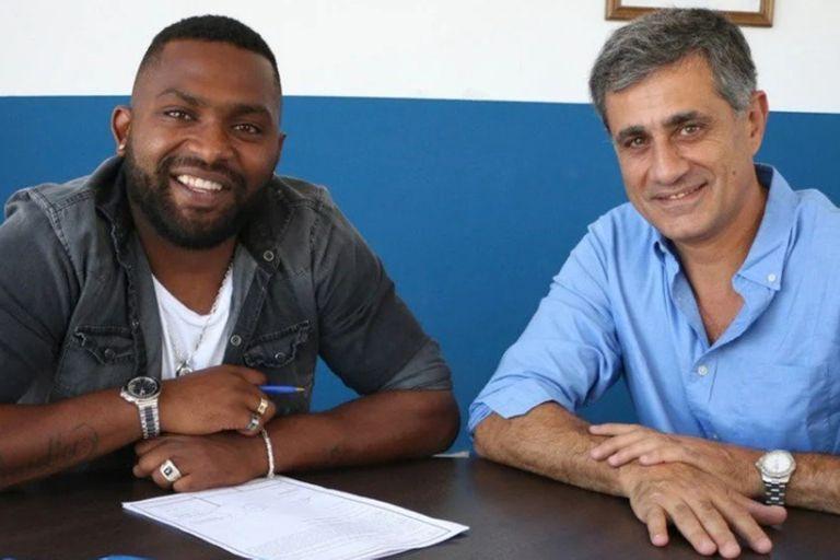 El Morro García y José Mansur, presidente de Godoy Cruz, en la renovación de contrato con el equipo mendocino