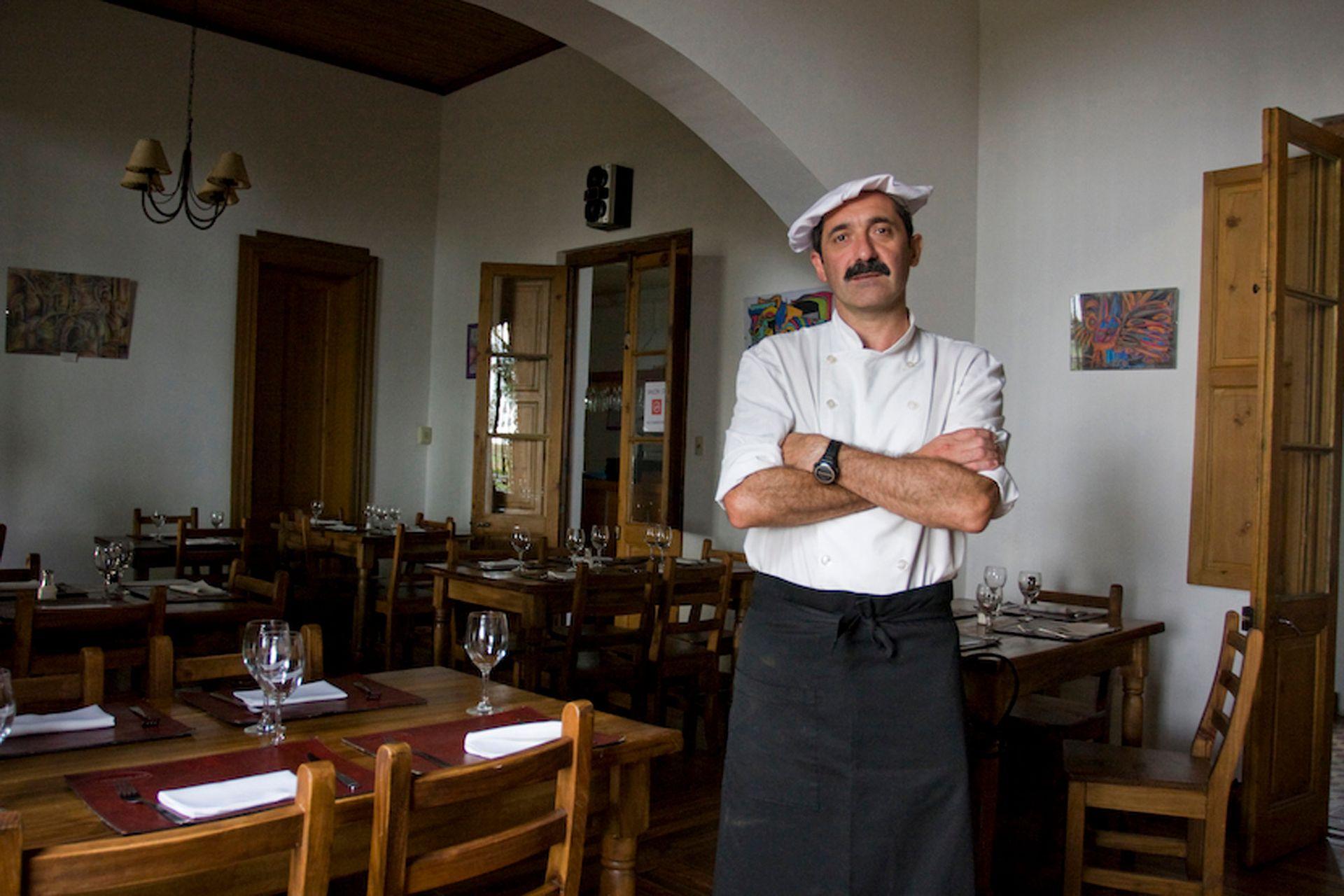 Juanjo Samberro, creador y cocinero de Lo de Juanjo, en Pila