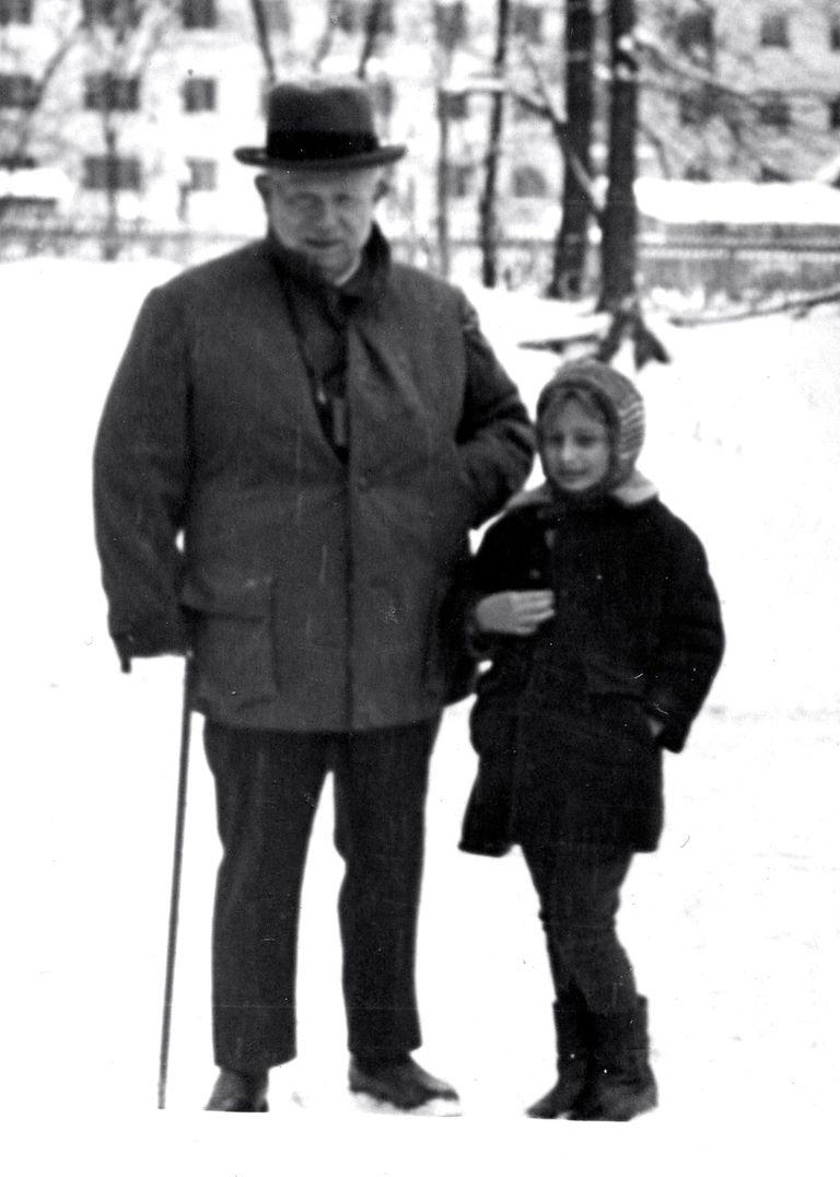 Nina Khruscheva junto a su abuelo en 1971, el año de su muerte, en su casa de retiro en Petrovo Dalneye, 40 kilómetros al oeste de Moscú