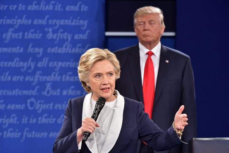 En esta foto de archivo tomada el 9 de octubre de 2016, el candidato presidencial republicano Donald Trump escucha a la candidata presidencial demócrata Hillary Clinton durante el segundo debate presidencial en la Universidad de Washington en St. Louis, Missouri