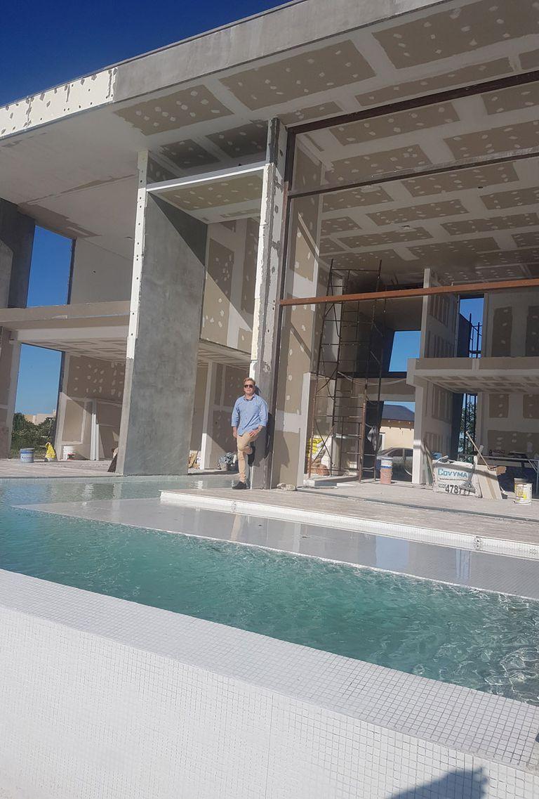 Guido Süller muestra la casa que él mismo diseñó