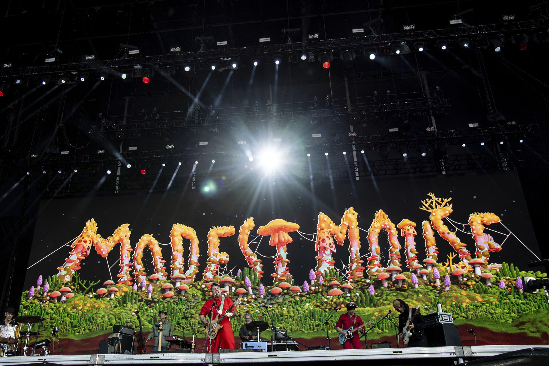 Tom Peloso, Ben Massarella, Isaac Brock, Simon O'Connor y Russell Higbee, de Modest Mouse, en el cuarto día de festival