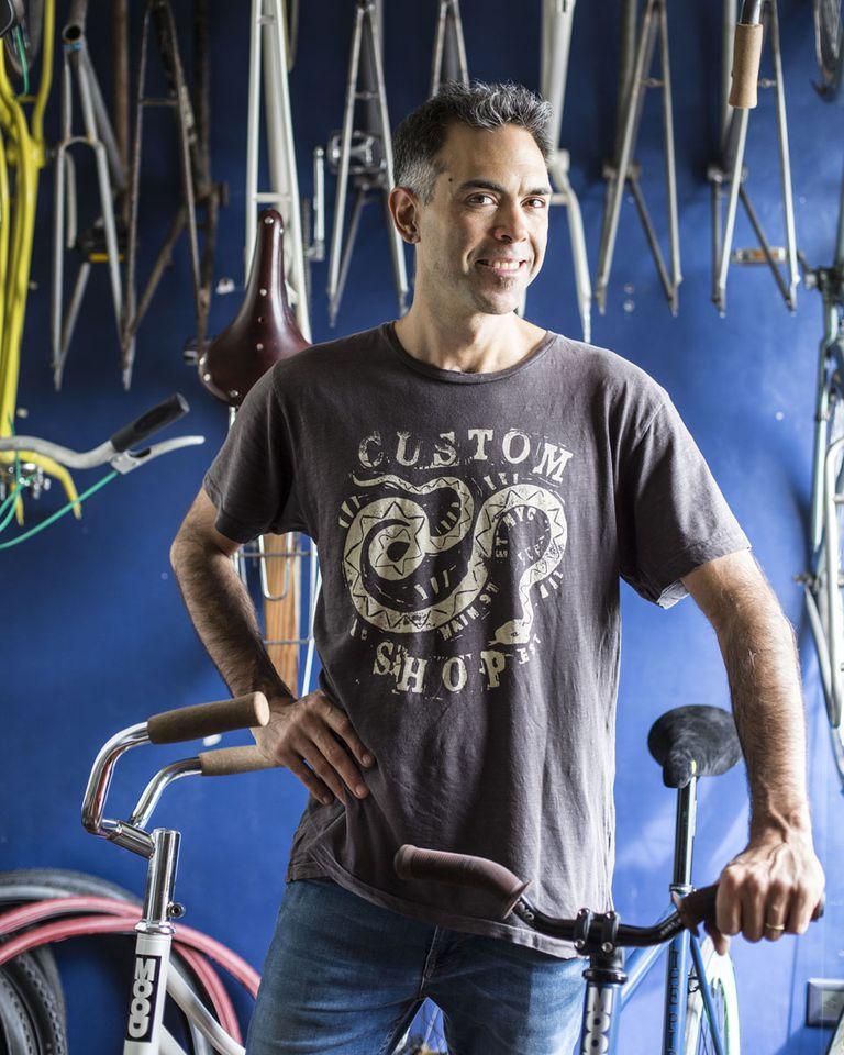 """Guido Bonfiglio (39) Bikesmood. Le gusta: """"La emoción de mis clientes al ver la bici""""."""