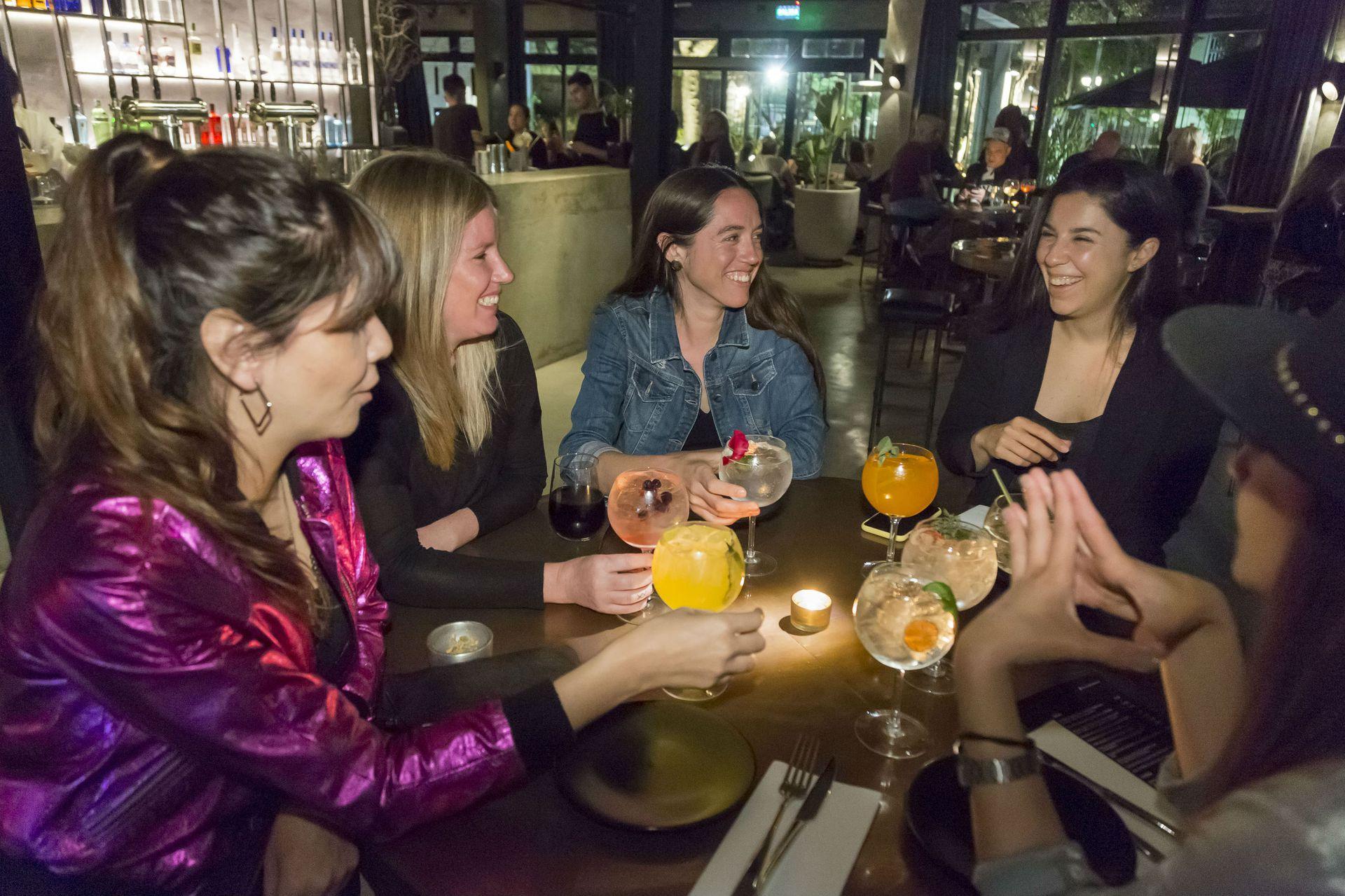 Un grupo de amigas celebra con gin tonic