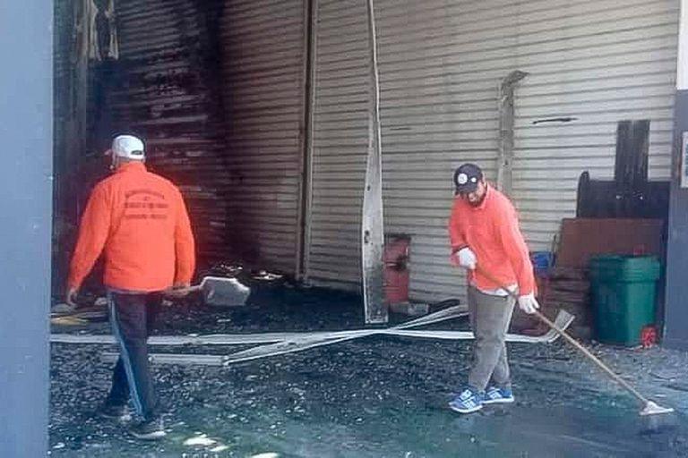Personal del municipio de Termas colaboró con la limpieza el día después del incendio.