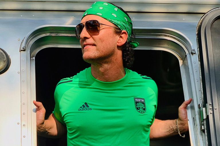 Matthew McConaughey luciendo la camiseta de su equipo