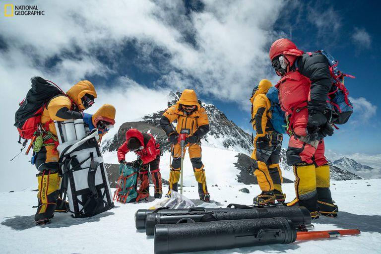 Uno de los equipos perfora el hielo a 8.020 metros de altitud