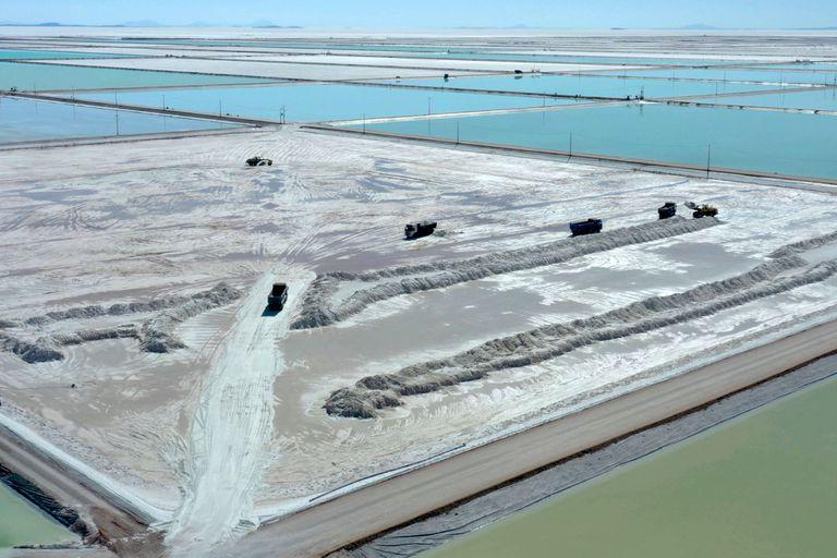 Vista aérea de camiones que cargan salmuera de las piscinas de evaporación de un complejo de extracción de litio