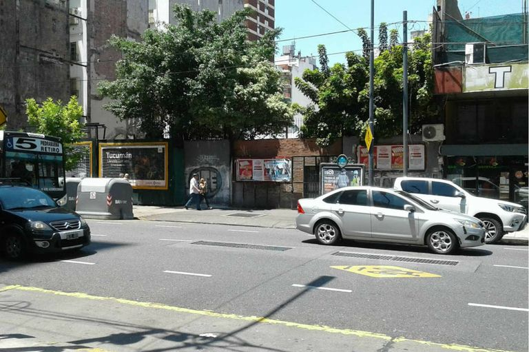"""Rivadavia, entre Pasco y Rincón: en el baldío se encontraba la """"Casa del pueblo"""" y sobre la vereda puede verse la rejilla que está sobre la estación Pasco Sur"""