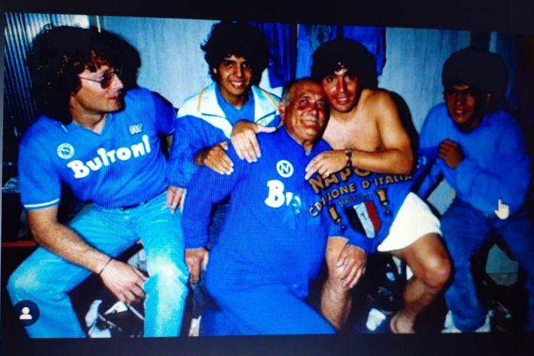 Con Diego y sus hermanos Hugo y Lalo, en un vestuario de Napoli ganador.