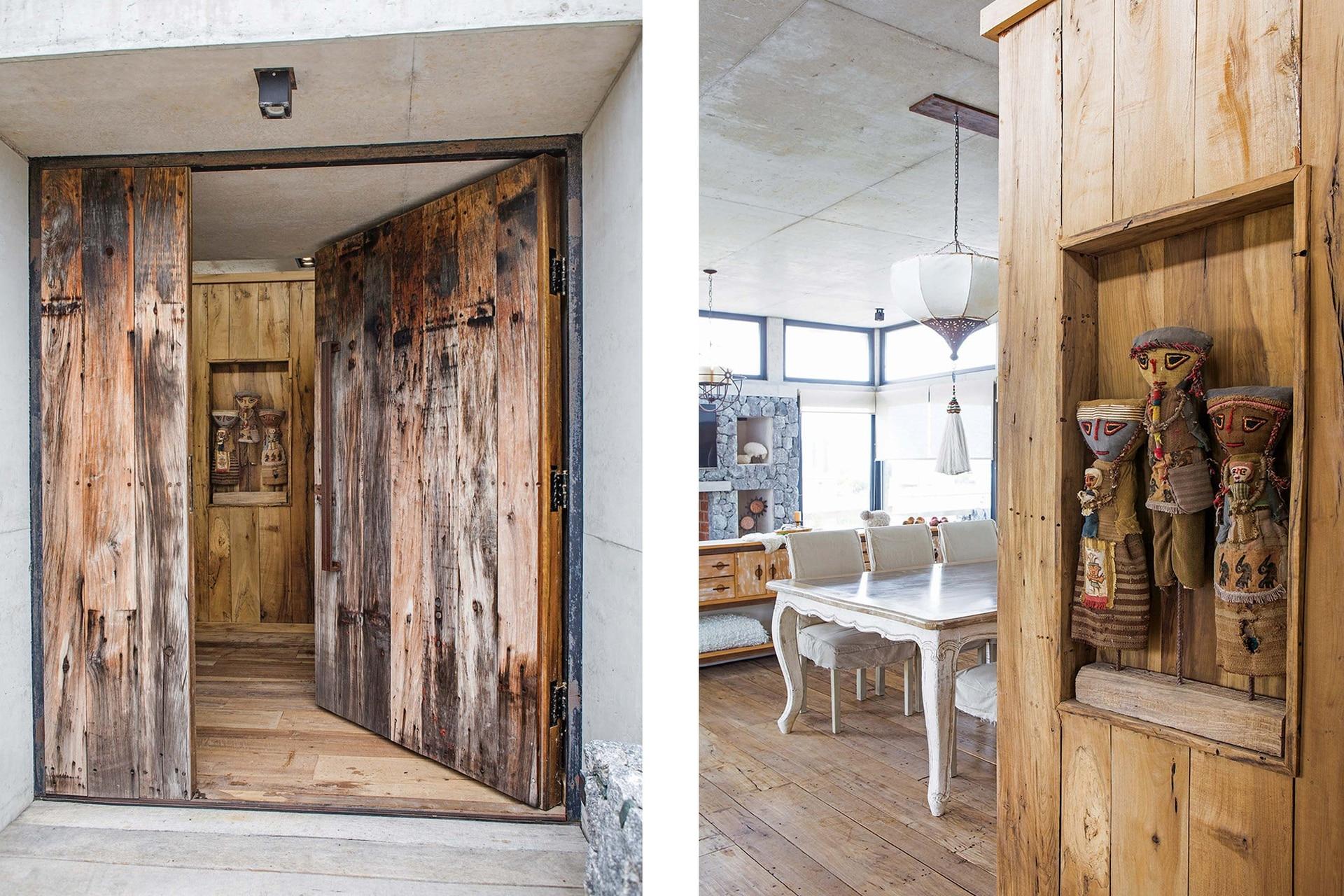 El panel de madera con muñecas traídas del Norte es lo primero que notamos al cruzar la puerta. Se agregó una vez finalizada la obra, para que la cocina no se viera de entrada y tuviera más privacidad.