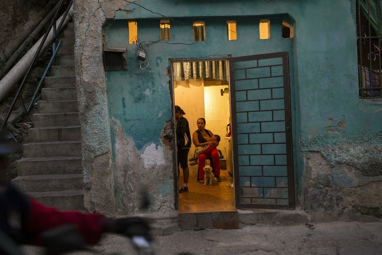 En Caracas, una mujer alimenta del pecho a su hijo