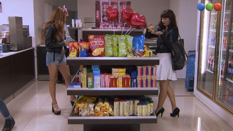 Mara y Nina se cruzan en un autoservicio, pero no se ven