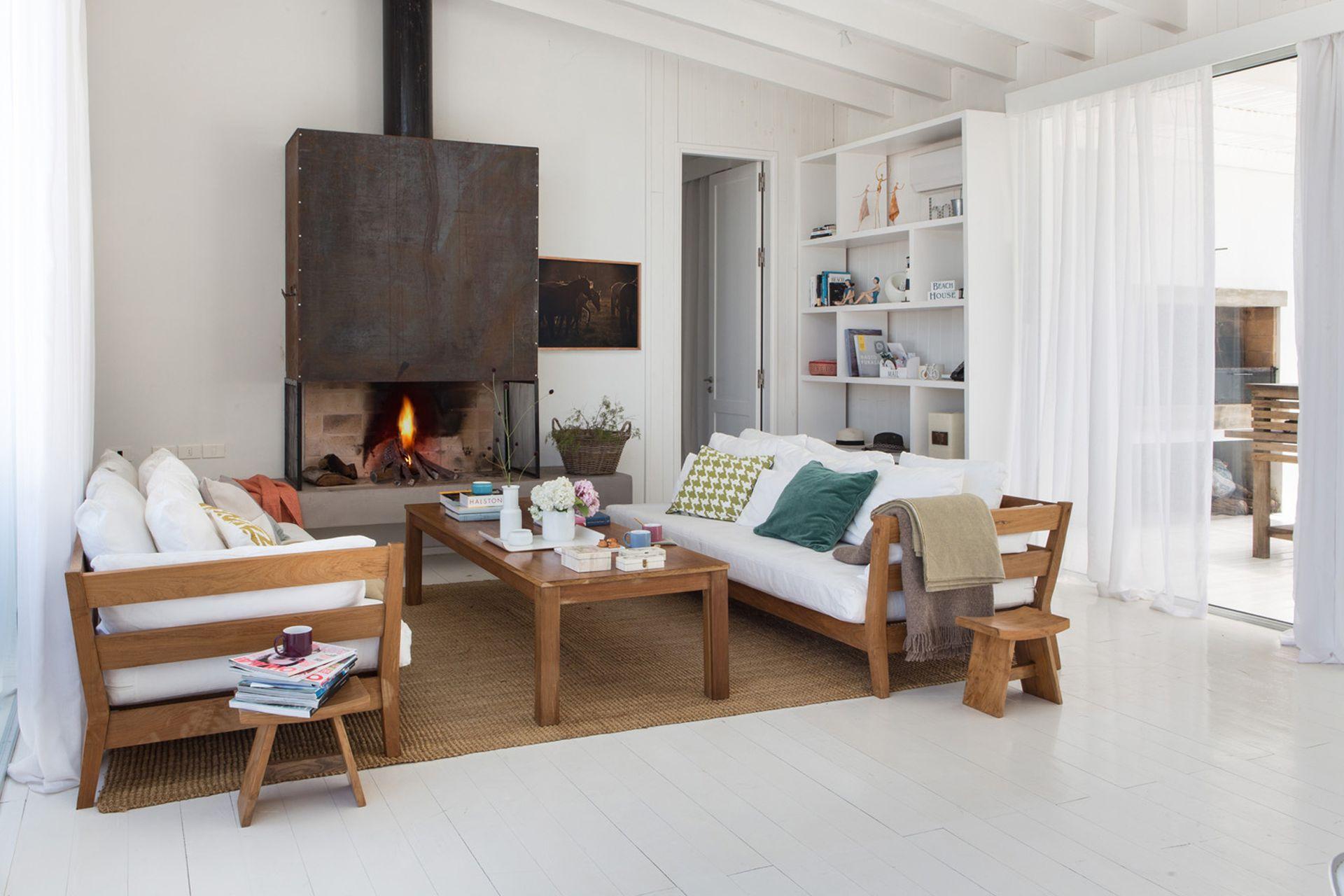 La construcción de madera contempló paredes de material, como la del hogar, que transfiere calor al baño, del otro lado.