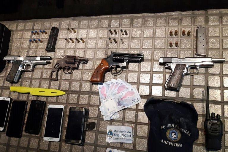 Las armas utilizadas por los delincuentes para amenazar a una familia