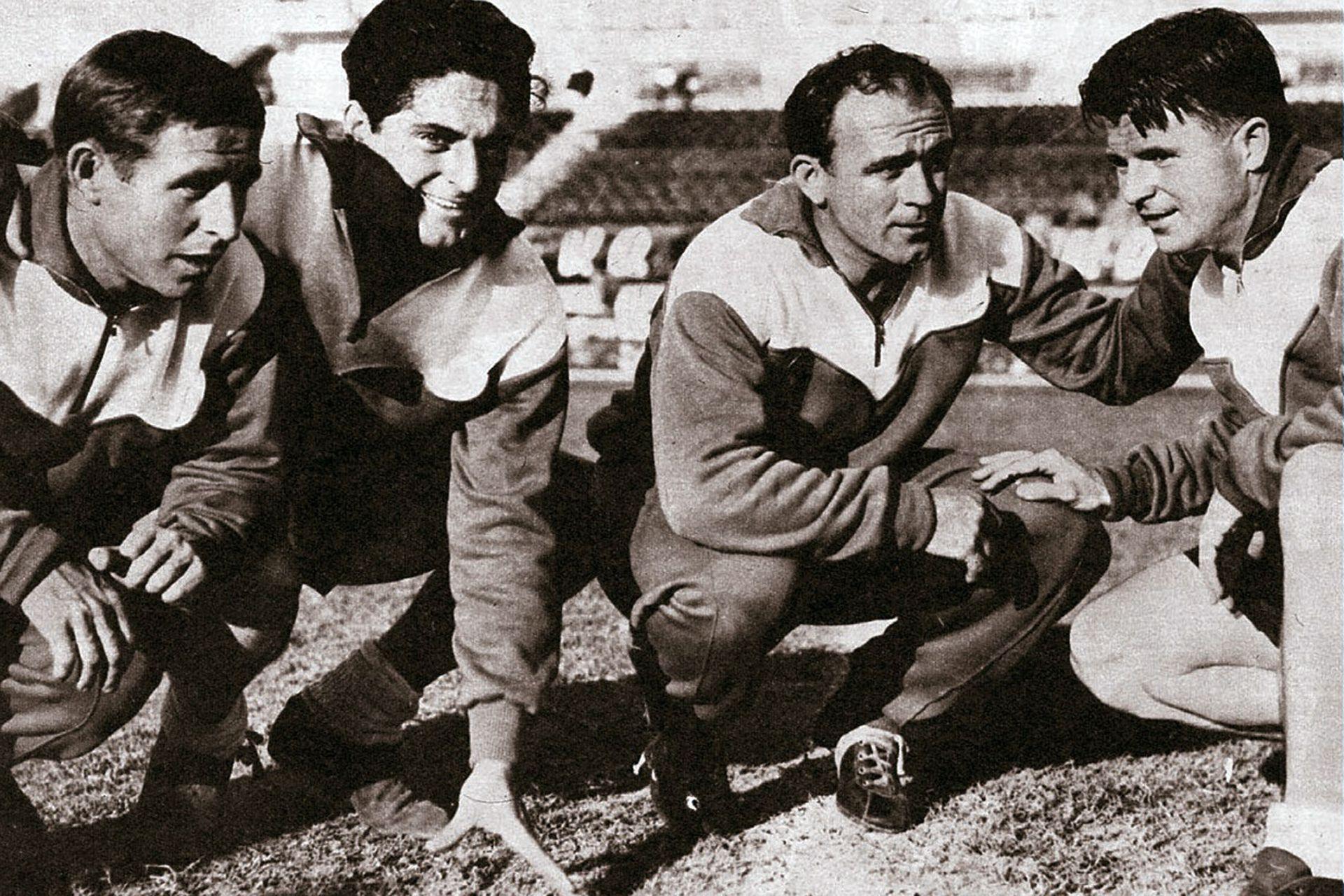 Raymond Kopa y Ferenc Puskas (14 de agosto de 1958): práctica antes del amistoso en el Monumental, contra River; Real Madrid presenta al atacante húngaro y gana 1-0; en la imagen, Kopa, Héctor Rial (autor del gol), Distéfano y Puskas