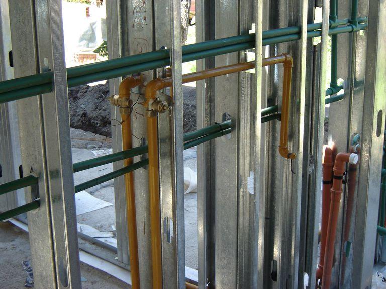 Una ventaja de la construcción en seco es que las cañerías se pasan entre la estructura.