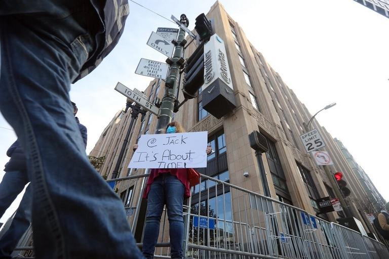 """Afuera de la sede de Twitter en San Francisco, un cartel dirigido a Dorsey después con la leyenda: """"Ya es hora"""""""