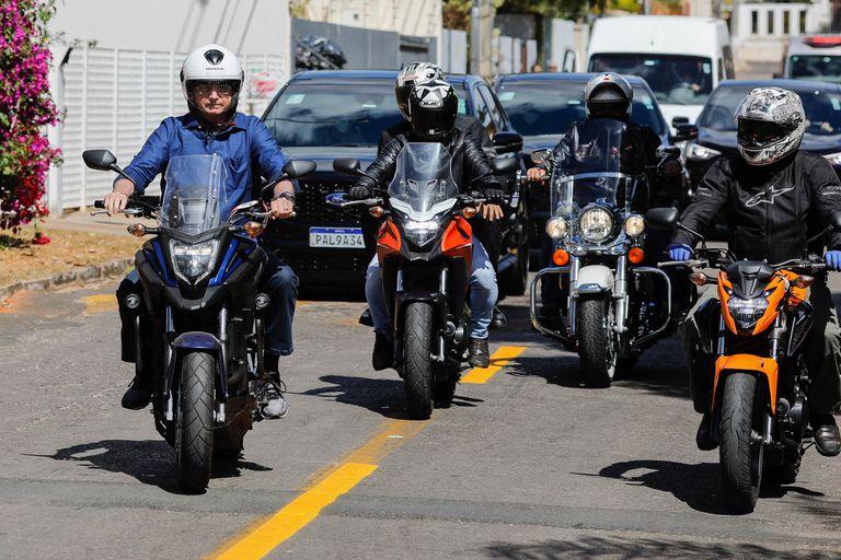 Bolsonaro, escoltado de cerca con una corte de agentes de seguridad