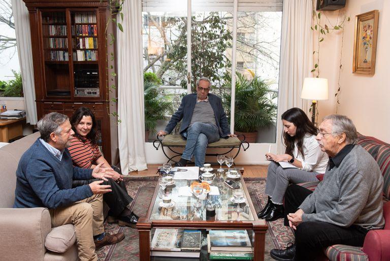 Los precandidatos de Adelante Ciudad, durante la entrevista con LA NACION, en el living de Luis Brandoni