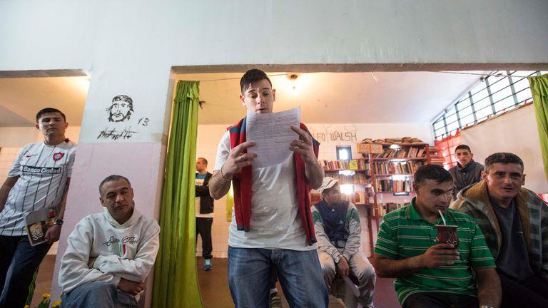 Un joven lee para sus compañeros