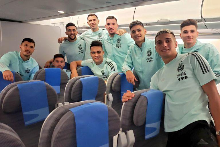 El plantel argentino, ya dentro del chárter en el que viajaron rumbo a Ezeiza
