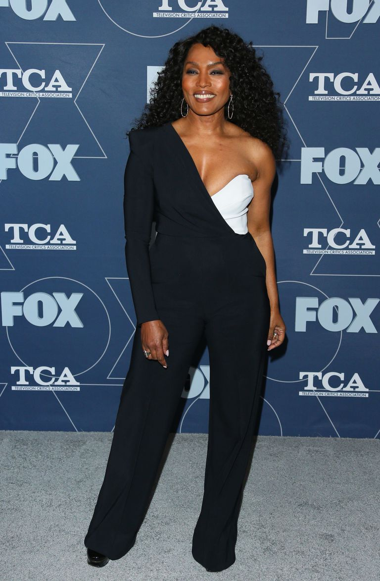 Angela Bassett posa antes de entrar en la fiesta Fox Winter TCA 2020 All-Star Party, en Pasadena, California
