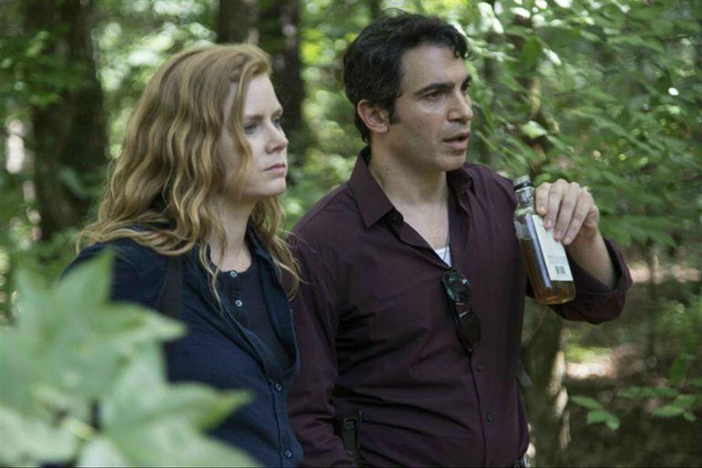 Camille junto al detective Willis, su compañero y amante.