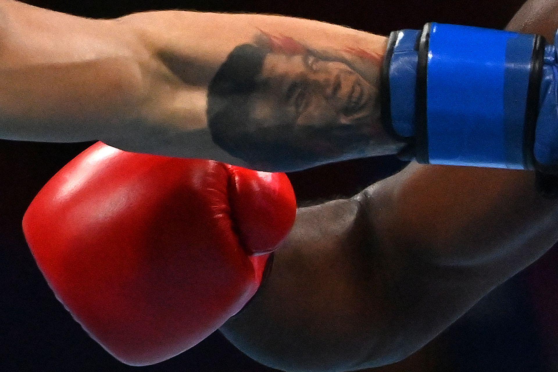 Aaron Solomon Prince de Trinidad y Tobago (rojo) y Andrej Csemez de Eslovaquia pelean durante su combate de boxeo preliminar de peso medio masculino (69-75 kg) durante los Juegos Olímpicos de Tokio 2020 en el Kokugikan Arena de Tokio el 26 de julio de 2021