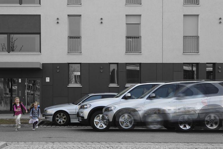Frenado autónomo. Si el conductor está distraído y no ve a los peatones, el sistema los detecta y frena a cero