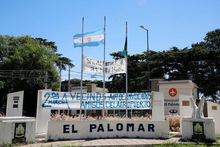 El barrio está repleto de banderas que piden por la reapertura del aeropuerto