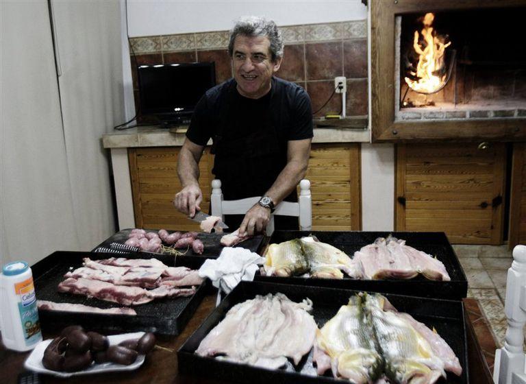 Hora 95. En la residencia del gobernador, en Paraná, Urribarri hace un asado para dos de sus hijos y una decena de colaboradores