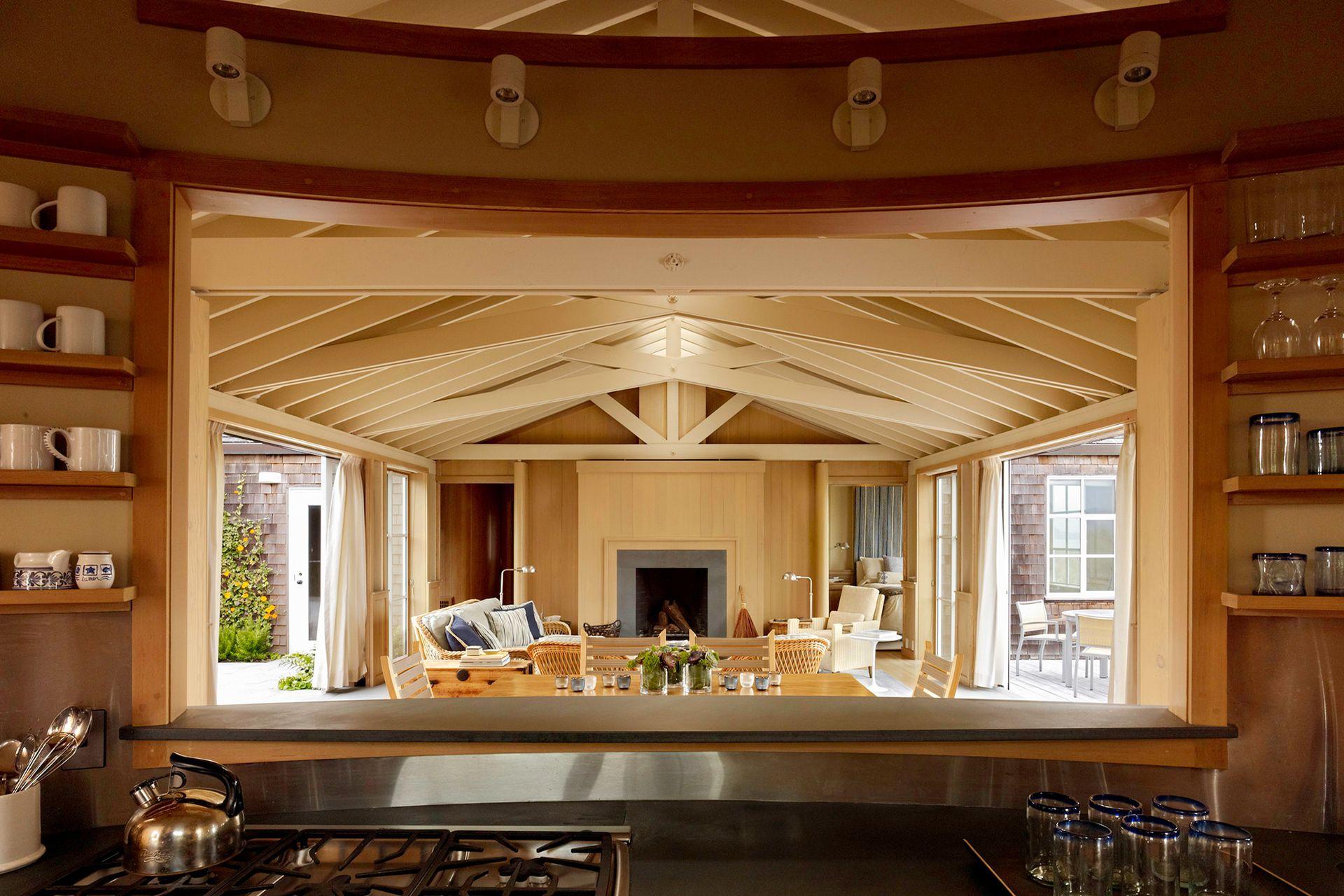 Una abertura conecta a la cocina con el living.