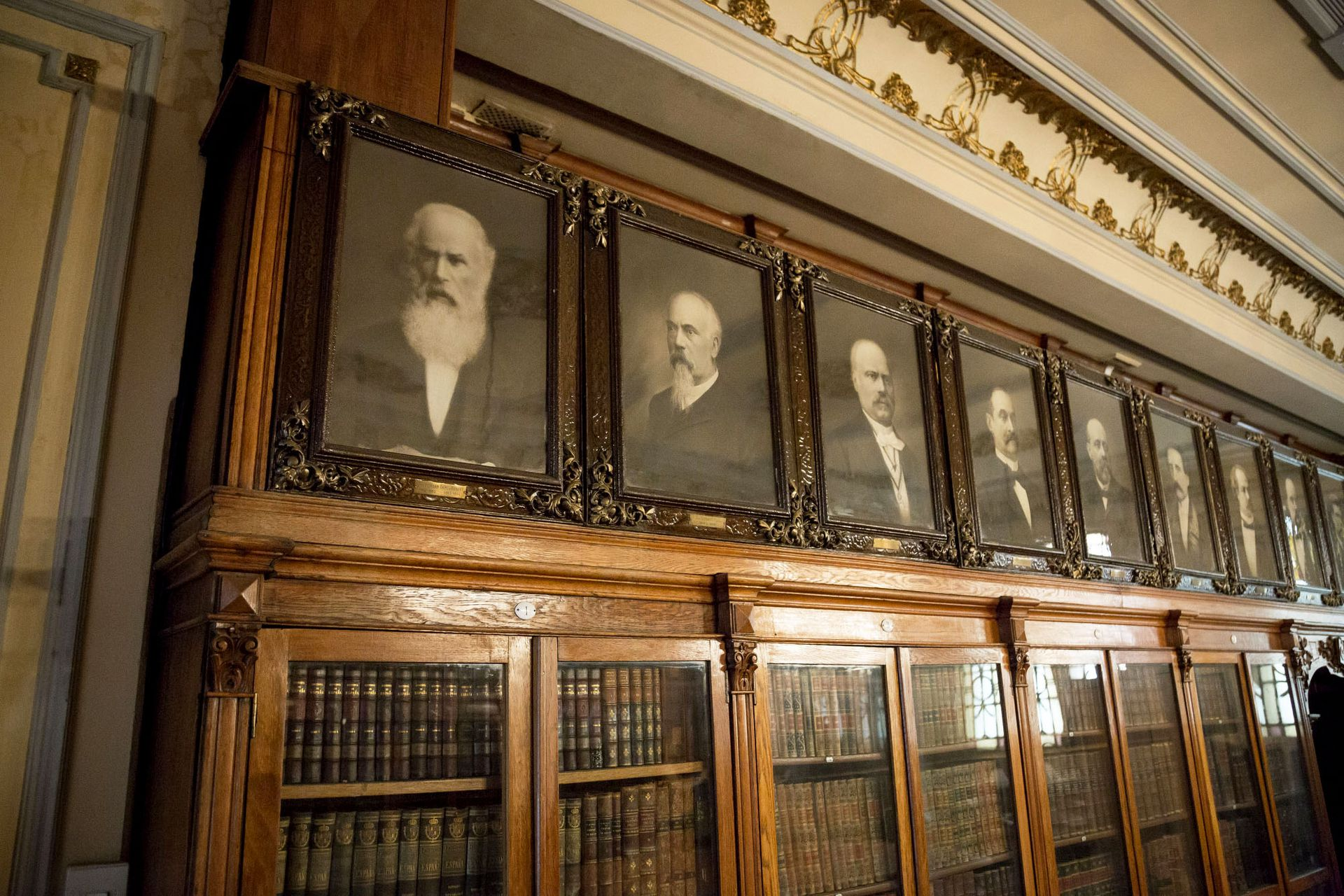 En el primer piso hay una pinacoteca y una biblioteca con 20.000 volúmenes