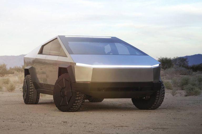 El frente de la camioneta Cybetruck de Tesla, con una única línea de iluminación